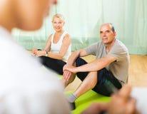 Personal médico con la gente mayor en el gimnasio Imagen de archivo libre de regalías