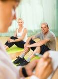Personal médico con la gente mayor en el gimnasio Imagenes de archivo