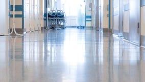 Personal médico en el pasillo del ` s de la clínica almacen de video