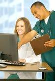 Personal médico feliz que trabaja junto foto de archivo libre de regalías