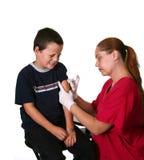 Personal médico que da la inyección Imágenes de archivo libres de regalías
