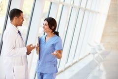 Personal médico que tiene discusión en hospital   Fotografía de archivo