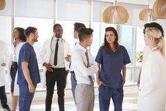 Personal médico que tiene reunión informal en hospital fotos de archivo libres de regalías