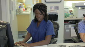 Personal médico que trabaja en la estación de las enfermeras metrajes