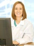 Personal médico sonriente que trabaja con el ordenador Fotos de archivo