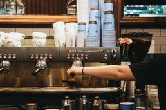 Personal que trabaja detrás del contador en el café Nero, Londres, Reino Unido imagenes de archivo