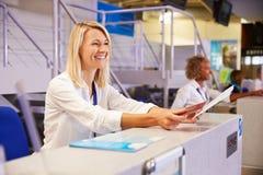 Personal que trabaja en el escritorio del incorporar del aeropuerto fotografía de archivo libre de regalías