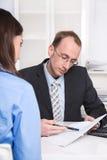 Personal - reclutamiento. Hombre de negocios en una entrevista. fotos de archivo