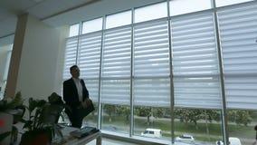 Personal som arbetar i ett upptaget kontor lager videofilmer