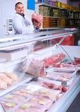 Personal som säljer halal kött Royaltyfri Bild