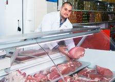 Personal som säljer halal kött royaltyfri fotografi