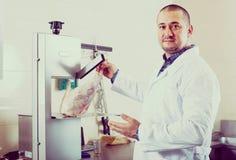Personal som säljer halal kött Arkivfoton