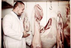 Personal som säljer halal kött Royaltyfria Foton