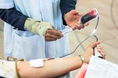 Personal som tar blodprövkopian Arkivbild