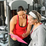 Personal trainer with senior woman at gym Royalty Free Stock Photos