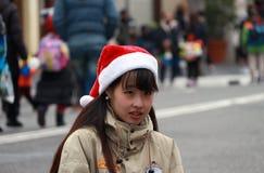 Personal von Universal Studios Japan setzte an eine Weihnachtskappe, als, Weihnachtszeitfeier nähernd stockfotos