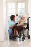 Personale che dispensa le cure con la donna maggiore invalida Immagini Stock Libere da Diritti