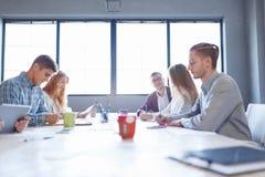Personale di affari su una riunione Raggruppi la discussione dell'ufficio su un fondo leggero della stanza Concetto di lavoro di  Immagini Stock Libere da Diritti