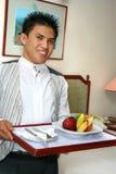 Personale di servizio della stanza che porta frutta Immagini Stock