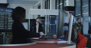 Personale di sicurezza aeroportuale che elabora i passeggeri video d archivio