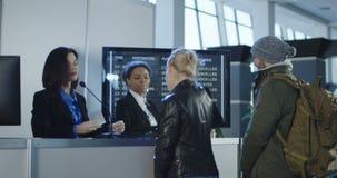 Personale di sicurezza aeroportuale che elabora i passeggeri stock footage