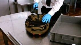 Personale di sicurezza aeroportuale che per mezzo del metal detector archivi video