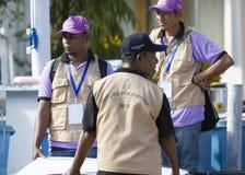 Personale di votazione che allinea per consegnare il materiale di elezione Immagini Stock