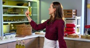 Personale femminile che sistema le olive, le prerogative e olio d'oliva sul contatore archivi video