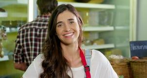 Personale femminile sorridente che sta con la mano sull'anca nella sezione organica video d archivio