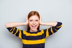 Personale irritato sovraccaricato facente smorfie stanco della donna di affari del maglione Immagini Stock