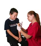 Personale medico che dà iniezione Immagini Stock Libere da Diritti
