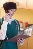 Personale medico femminile con i record Fotografia Stock
