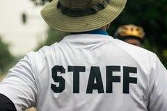 Personale nel servizio e nella sicurezza bianchi dell'acqua del vestito Fotografia Stock Libera da Diritti