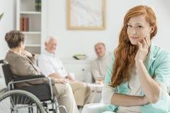 Personale sanitario nella casa di cura immagine stock