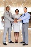 Personalen för bilåterförsäljaren räcker tillsammans royaltyfria foton