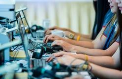 Personaler skriver information med barcodeavläsaren för register arkivbilder