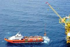 Personales costeros de transferencia a la plataforma petrolera Foto de archivo libre de regalías