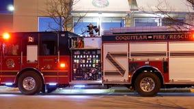 Personales de la emergencia del fuego de Coquitlam en la acción del rescate policía