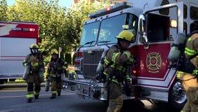 Personales de la emergencia del fuego de Coquitlam en la acción del rescate almacen de video