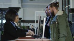 Personales de seguridad aeroportuaria que comprueban la identificación imagen de archivo