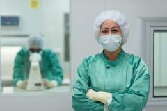 Personales del laboratorio en el trabajo en industria de la medicina Fotografía de archivo