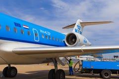 Personales que reaprovisionan Fokker 70 de KLM de combustible Fotos de archivo