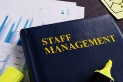 Personalführungsbuch und -dokumente auf einem Schreibtisch lizenzfreie stockbilder