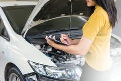 Personalfrau überprüfen Autos Zu den Abstand überprüfen Stockfotos