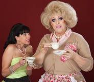 Personalidades opuestas con la taza de té Imagen de archivo