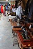 Personalizaciones y máquinas de coser en una calle africana Foto de archivo libre de regalías