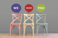 Personalresurs- och teamworkbegrepp Töm stolar, i att vänta Roo fotografering för bildbyråer