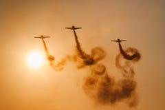 Personas aeroacrobacias de la visualización de las láminas Foto de archivo