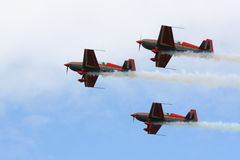 Personas aeroacrobacias en la formación Fotos de archivo libres de regalías