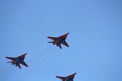 Personas aeroacrobacias rusas Strizhi en MiG-29 Foto de archivo libre de regalías